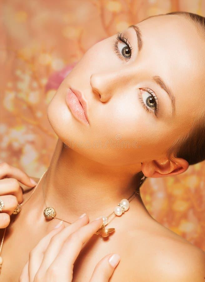 Weiblich. Weichheit. Porträt der imponierenden Frau mit Gold perliges Chainlet