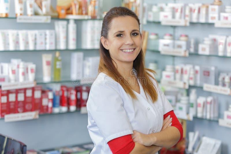 Weibliche Apotheker des Porträts, die im modernen farmacy arbeiten lizenzfreies stockbild