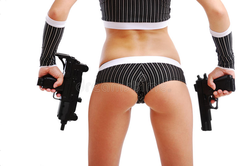 Weibliche Arme mit Gewehren und reizvollem Karosserienausschnitt. stockfotos