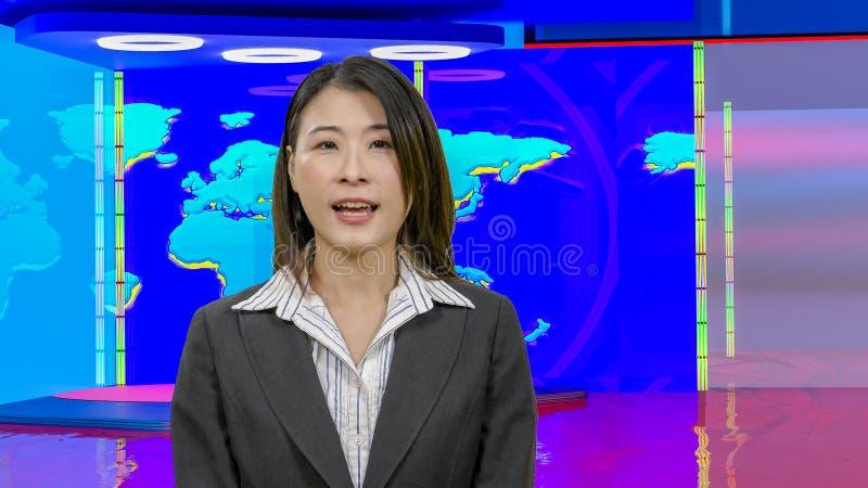 Weibliche asiatische Nachrichtenankerfrau in virtuellem Fernsehstudio, ursprüngliche Gestaltungselemente lizenzfreies stockfoto