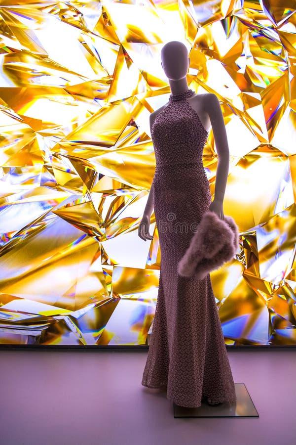 Weibliche Attrappen in der stilvollen und modernen Kleidung in einem Showfenster des Gesch?ftes Neue Sammlung lizenzfreies stockfoto