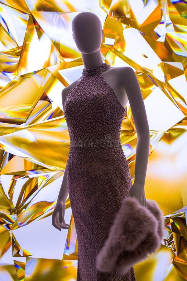 Weibliche Attrappen in der stilvollen und modernen Kleidung in einem Showfenster des Gesch?ftes Neue Sammlung lizenzfreie stockfotos
