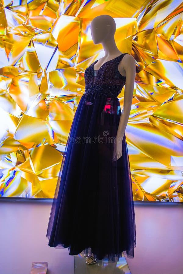 Weibliche Attrappen in der stilvollen und modernen Kleidung in einem Showfenster des Gesch?ftes Neue Sammlung stockfoto