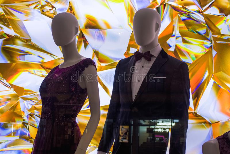 Weibliche Attrappen in der stilvollen und modernen Kleidung in einem Showfenster des Gesch?ftes Neue Sammlung stockfotografie