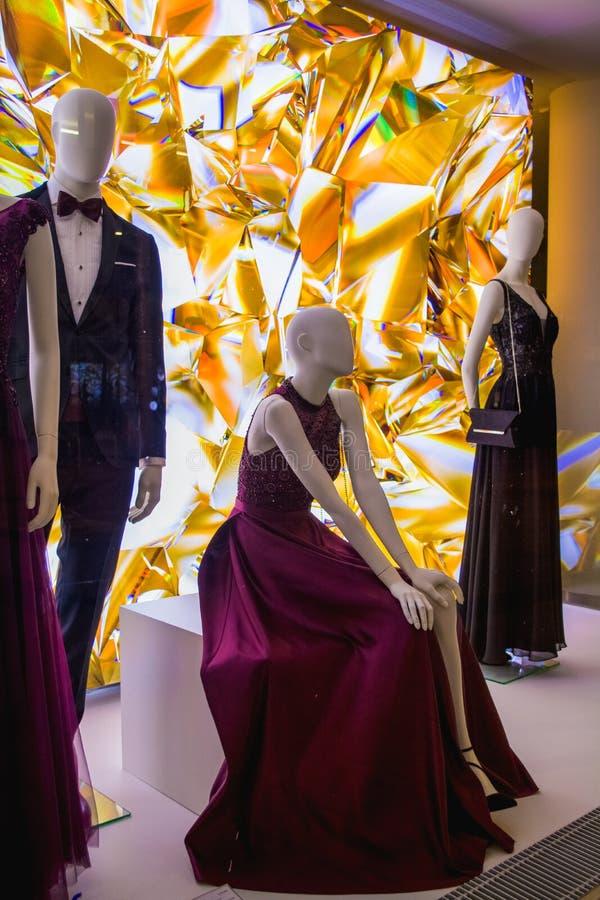 Weibliche Attrappen in der stilvollen und modernen Kleidung in einem Showfenster des Gesch?ftes Neue Sammlung stockbilder