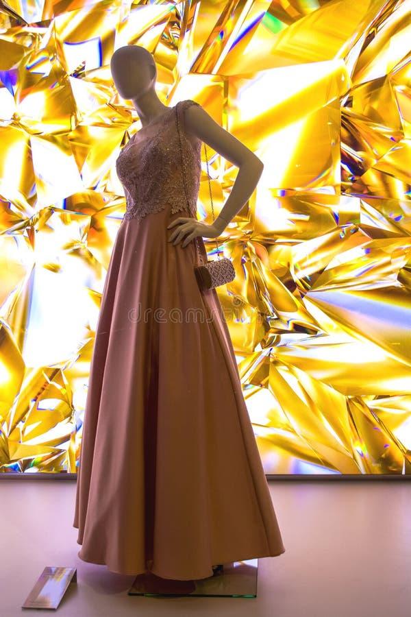 Weibliche Attrappen in der stilvollen und modernen Kleidung in einem Showfenster des Gesch?ftes Neue Sammlung lizenzfreies stockbild