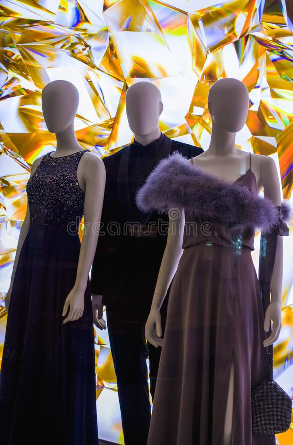 Weibliche Attrappen in der stilvollen und modernen Kleidung in einem Showfenster des Gesch?ftes Neue Sammlung lizenzfreie stockbilder