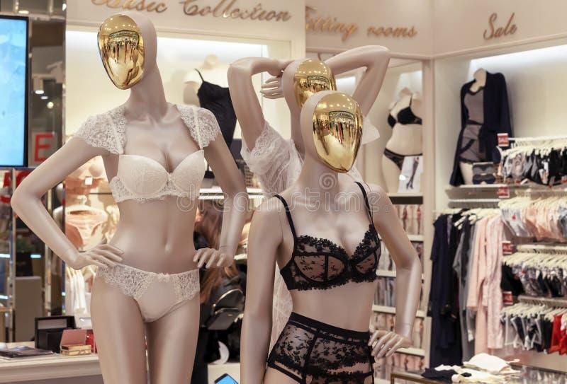 Weibliche Attrappen mit Goldgesichtern in der Spitzen- Unterwäsche stockbild