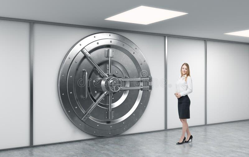 Weibliche Bankarbeitskraft, die vor einem großen verschlossenen runden Metall steht vektor abbildung