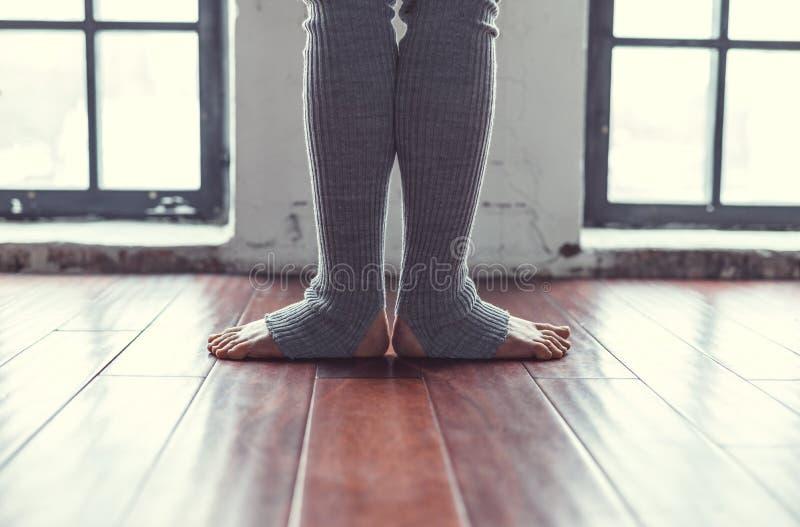 Weibliche Beine in den Gamaschen im Studio stockfoto