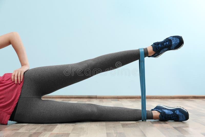 Weibliche Beine, die mit Gummiband ausbilden lizenzfreie stockfotos