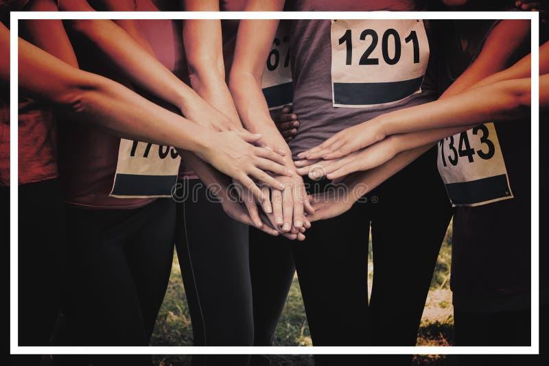 Weibliche Brustkrebs-Marathonläufer, die Hände stapeln lizenzfreie stockfotografie