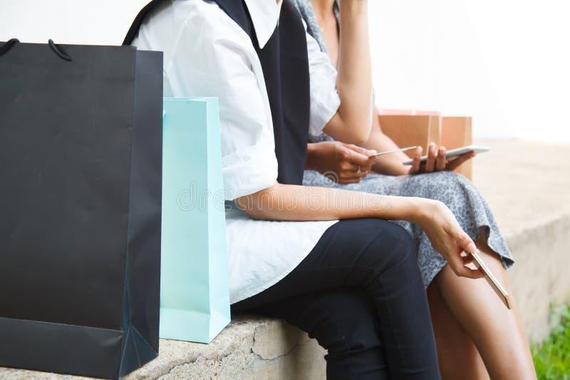 Weibliche Dame Shopping Concept mit Digitaltechnik Glückliches Einkaufen Asiats-Buddy Female Shopperss online mit intelligentem T lizenzfreies stockbild