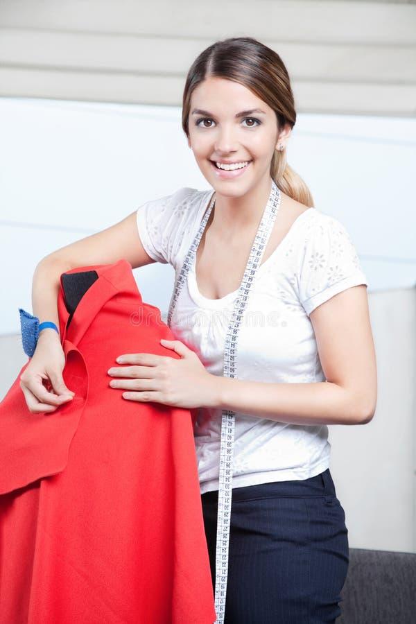Weibliche Damenschneiderin Adjusting Clothes stockfoto