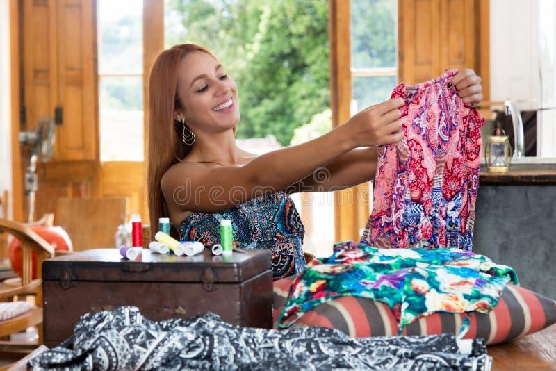 Weibliche Damenschneiderin bei der Arbeit mit bunter Kleidung lizenzfreies stockbild