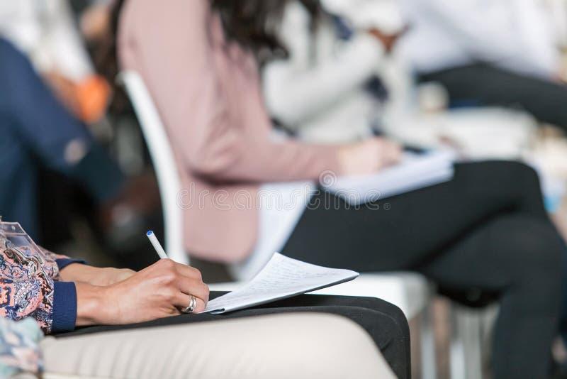 Weibliche der Handschrift Anmerkungen unten bei einer Konferenz stockfotos