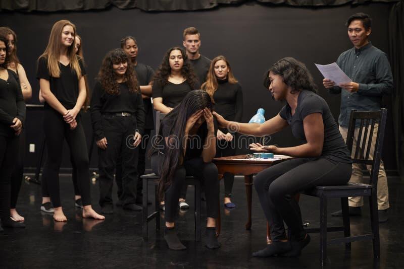 Weibliche Drama-Studenten Lehrer-With Male Ands an der Künsten-Schule in der Studio-Improvisations-Klasse lizenzfreies stockbild