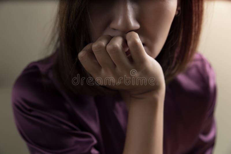Weibliche Drogensucht im Raum lizenzfreies stockfoto