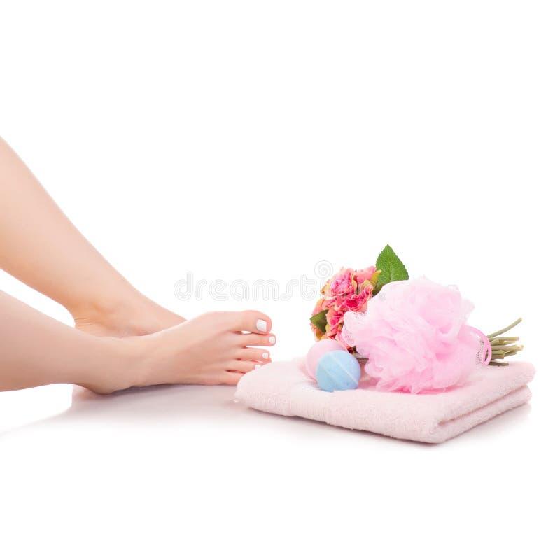 Weibliche Füße Beintuch blüht BadeschwammSchaumbad-Schönheitsbadekurort stockbild