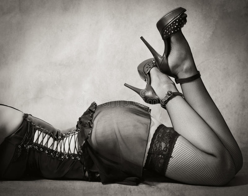 Weibliche Füße in den Strümpfen und in den Schuhen lizenzfreies stockfoto