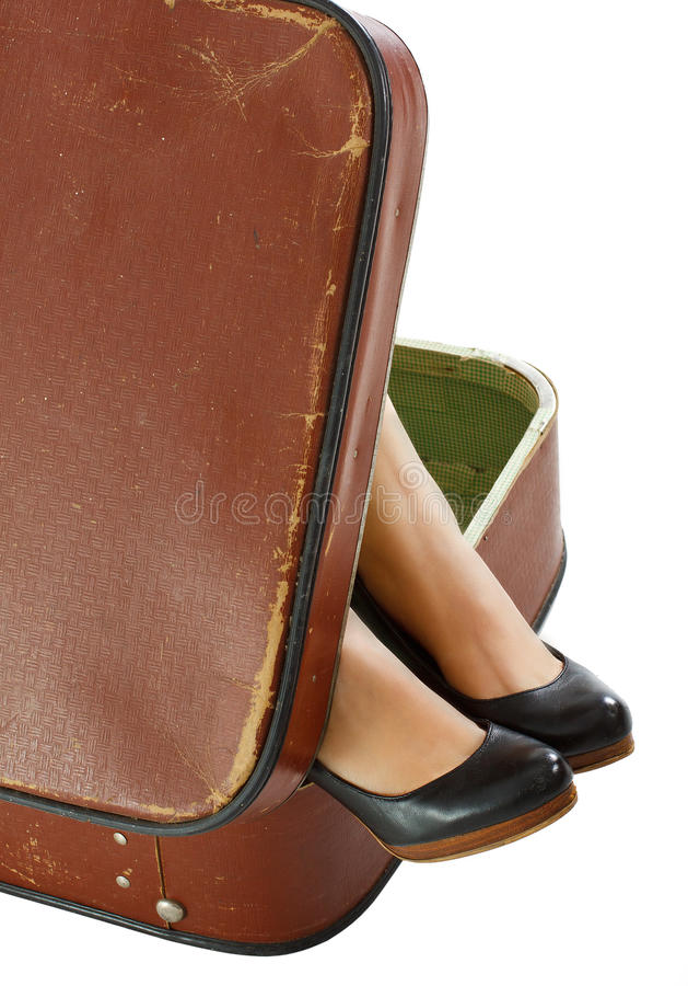 Weibliche Füße Im Koffer Lizenzfreies Stockfoto