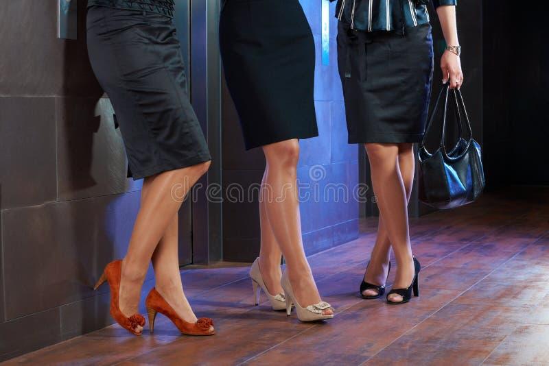 Weibliche Fahrwerkbeine lizenzfreies stockfoto