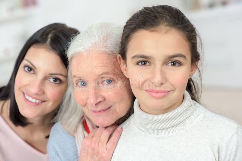 Weibliche Familienmitglieder des Porträts drei lizenzfreie stockfotografie