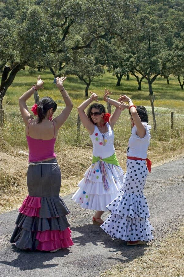 Weibliche Flamencotänzer in den bunten Kleidern stockbild