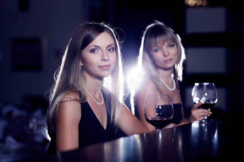 Download Weibliche Freunde Mit Weingläsern Stockbild - Bild von lächeln, spaß: 26374871