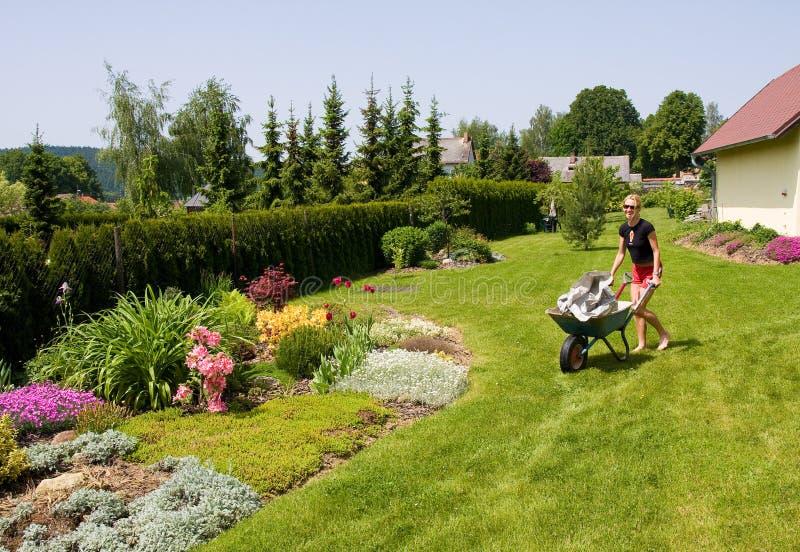 Weibliche Gartenarbeit stockfotografie