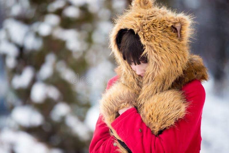 Weibliche Gefühlskälte draußen in der Winterzeit stockfotos
