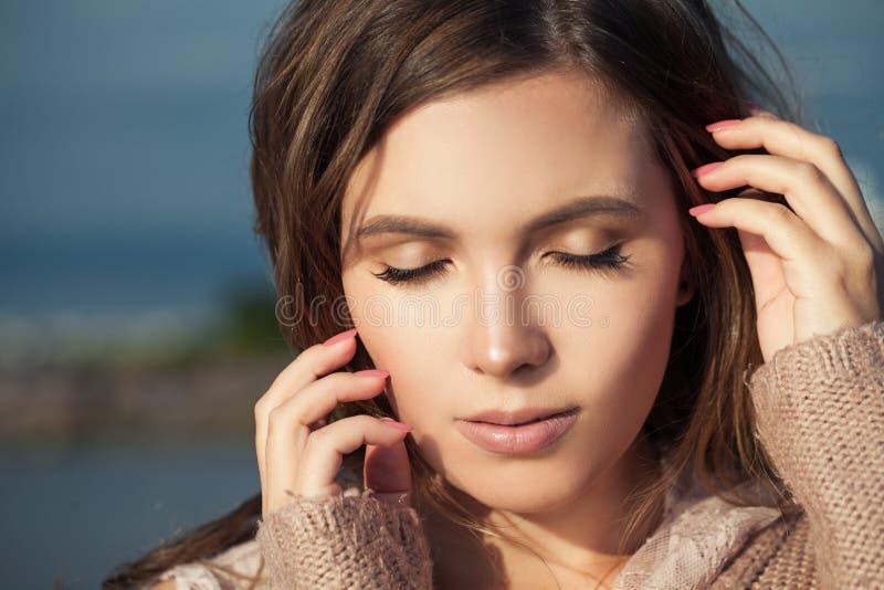 Weibliche Gesichtsnahaufnahme Schönes vorbildliches Gesicht im Freien lizenzfreie stockbilder