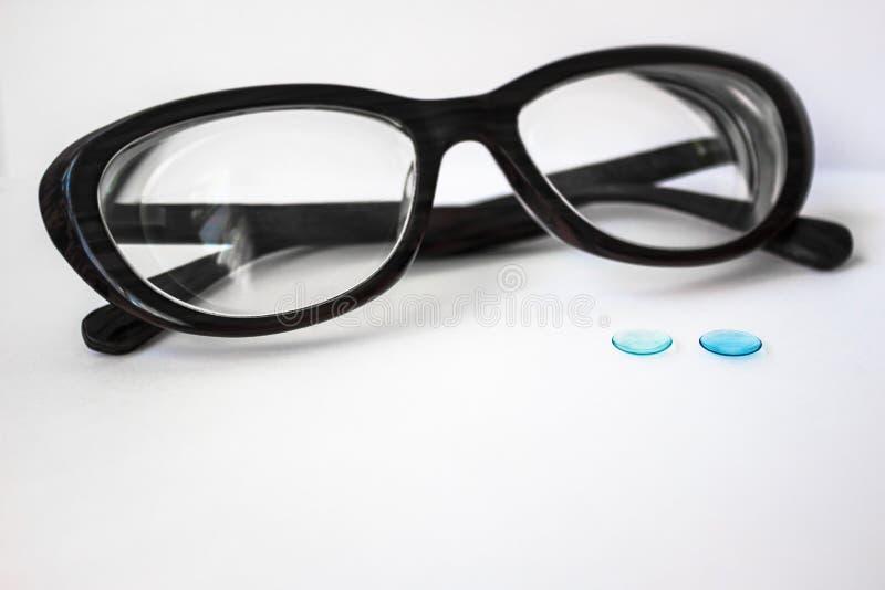 Weibliche Gläser und Kontaktlinsen stockfotos