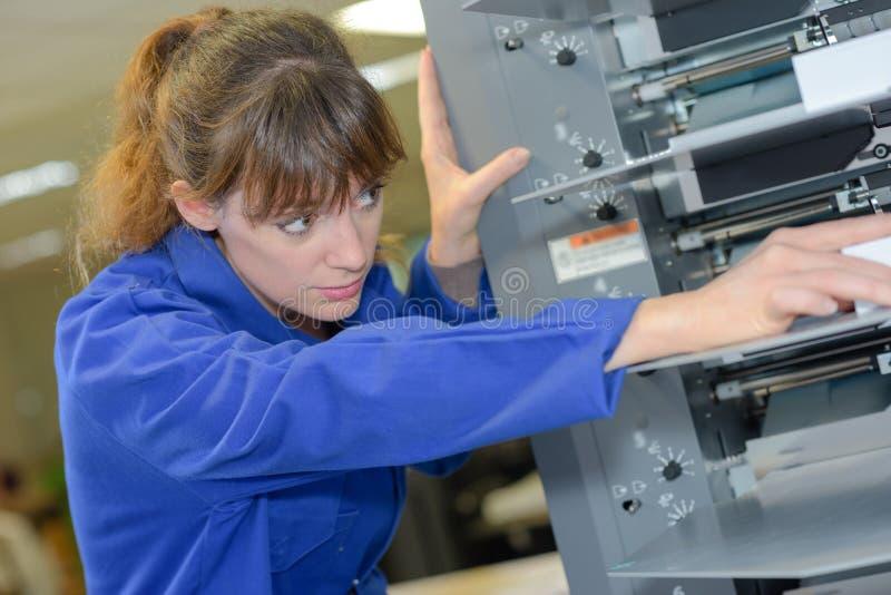Weibliche gründende Betriebsmaschine stockbilder