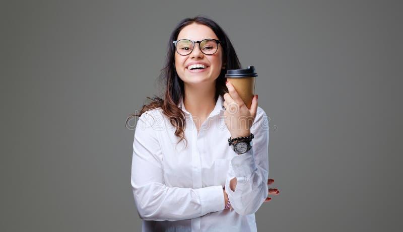 Weibliche Griffe nehmen Kaffee weg stockbilder