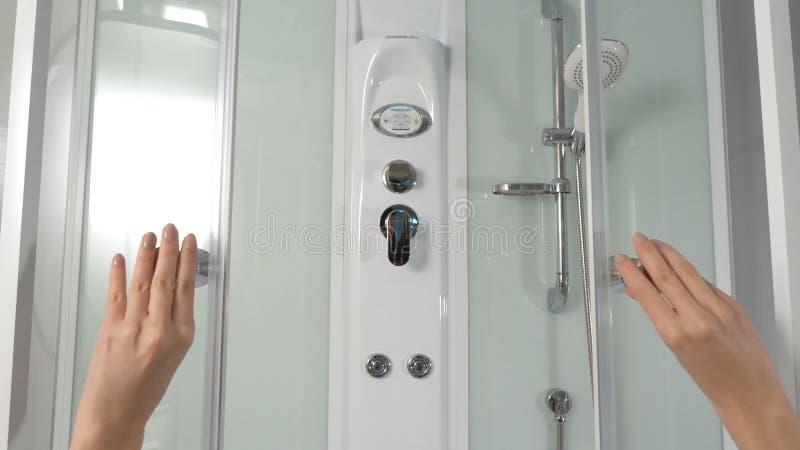 Weibliche Hände öffnen Schiebetüren der Duschkabine Duschkabine Schieben des Mechanismus einer Duschkabine Duschkabine, Stall lizenzfreie stockbilder
