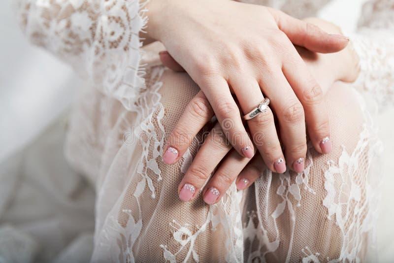 Weibliche Hände auf einem weißen Hintergrund lizenzfreie stockfotografie