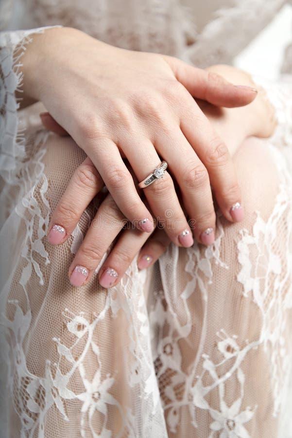 Weibliche Hände auf einem weißen Hintergrund lizenzfreies stockfoto