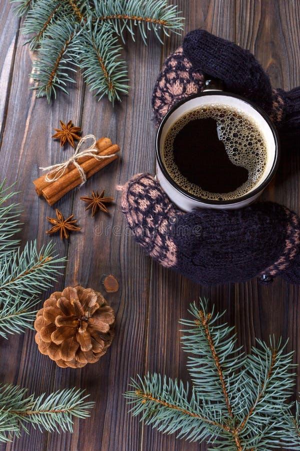 Weibliche Hände, die Becher Kaffee der heißen Schokolade auf rustikalem hölzernem Hintergrund mit Weihnachtstannenbaumast, Kopien stockfotografie