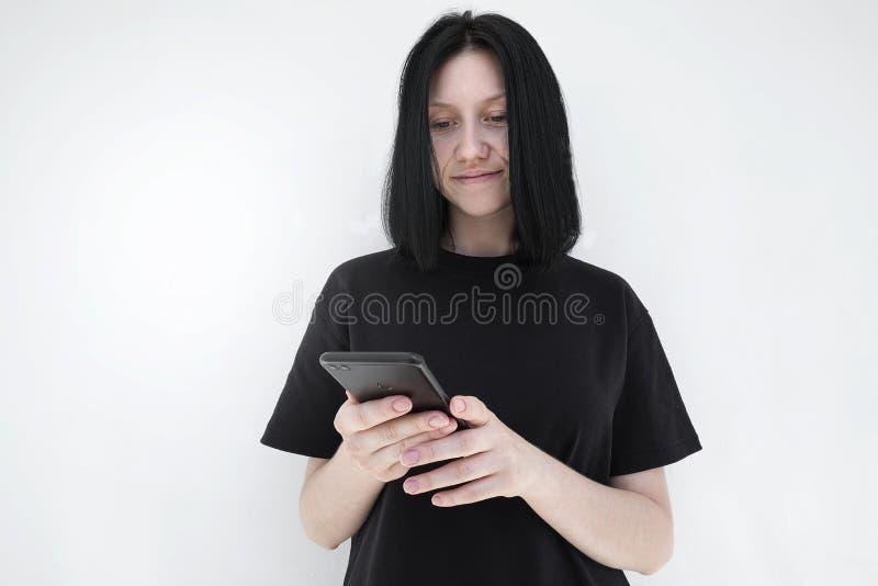 Weibliche Hände, die einen Handy mit einer leeren Kopie des Schirmraumes für Ihre Werbetextmitteilung halten oder Inhalt annoncie lizenzfreie stockfotografie