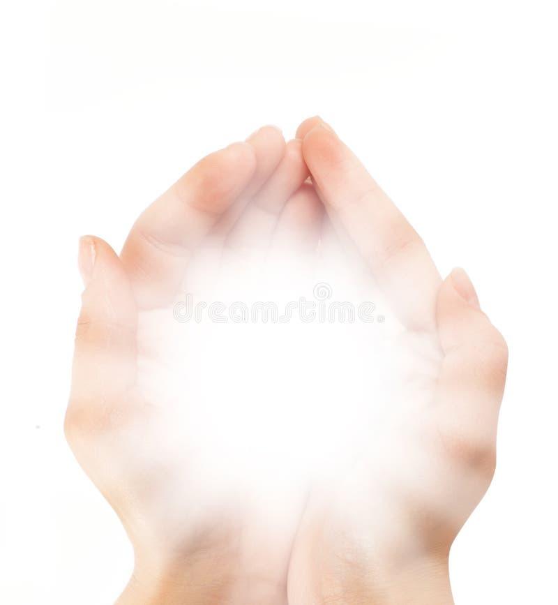Weibliche Hände, die einen leuchtenden Shine in der Dunkelheit anhalten lizenzfreie stockfotografie