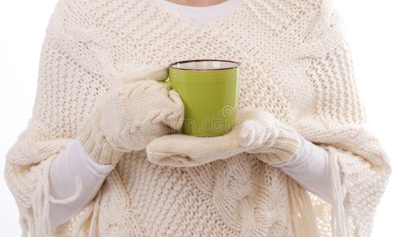 Weibliche Hände, die heißen Becherabschluß hochhalten lizenzfreies stockfoto
