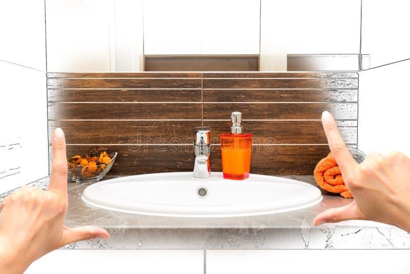 Weibliche Hände, die kundenspezifisches Badezimmerdesign gestalten lizenzfreie stockfotografie