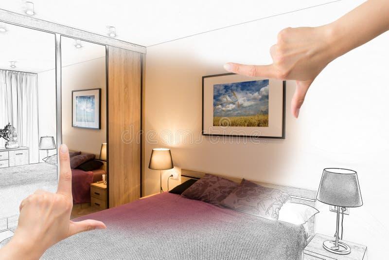 Weibliche Hände, die kundenspezifisches Schlafzimmerdesign gestalten lizenzfreies stockfoto