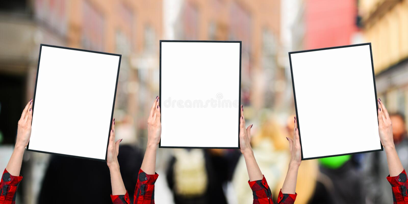 Weibliche Hände, die leere Bretter auf den weiß- Frauenaktivisten kämpfen für Frauenrechtkonzept halten lizenzfreies stockbild
