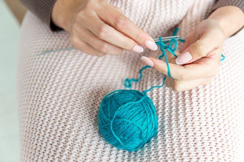 Weibliche Hände, die mit Wolle, Draufsicht stricken lizenzfreie stockbilder