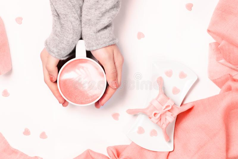 Weibliche Hände, die Schale Cappuccino halten Gleichnachtisch des Geschenks mit Herzform besprüht Flache Lage Frau brennt Herzen  lizenzfreies stockbild