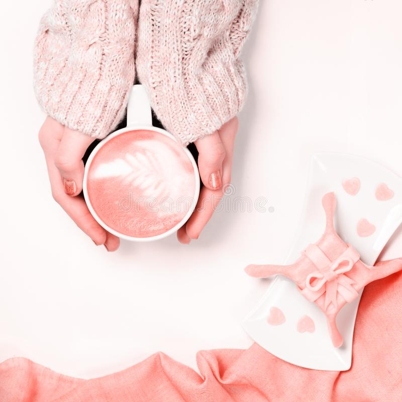 Weibliche Hände, die Schale Cappuccino halten Gleichnachtisch des Geschenks mit Herzform besprüht Flache Lage Frau brennt Herzen  lizenzfreies stockfoto