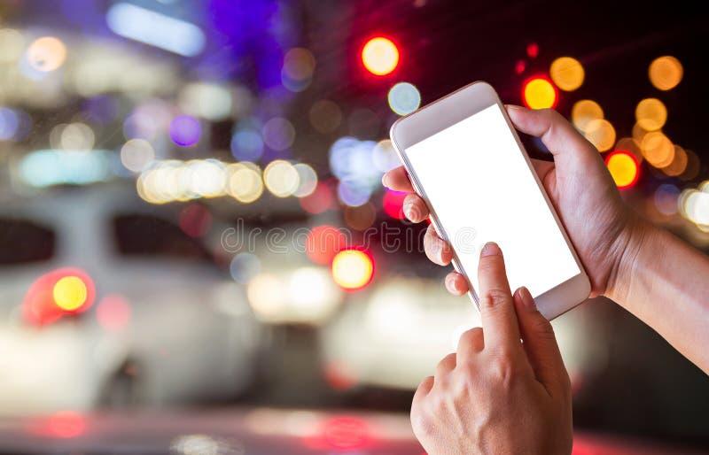 Weibliche Hände, die Smartphone des leeren Bildschirms halten lizenzfreie stockfotografie