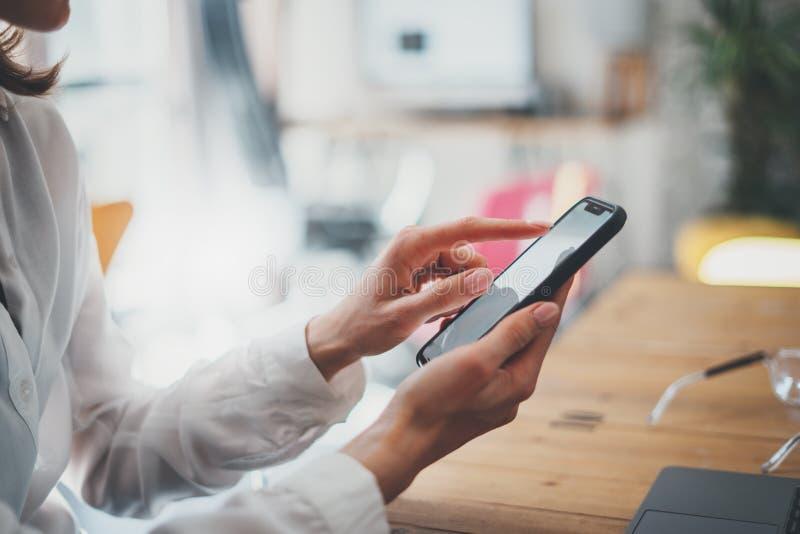 Weibliche H?nde, die Smartphone und Touch Screen halten Gesch?ftsfrau, die Handy verwendet Nahaufnahme auf unscharfem Hintergrund lizenzfreies stockbild
